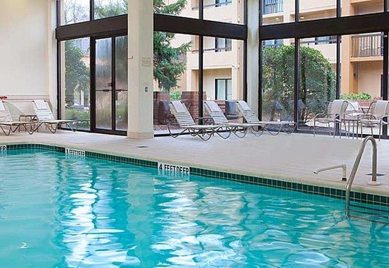 Courtyard by Marriott Tarrytown Greenburgh: Indoor Pool