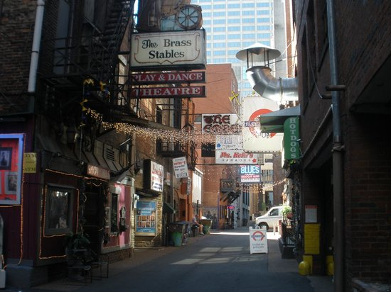 Hotel Indigo Nashville : Printer's Alley is about 25 steps from the front door of the hotel!!