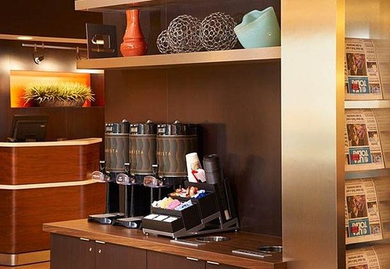 Courtyard by Marriott Indianapolis Carmel: Coffee Station