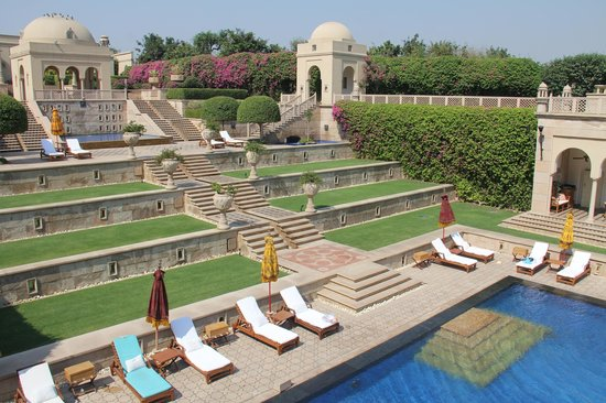 The Oberoi Amarvilas: Comples stairways, fountains and running water around pool area