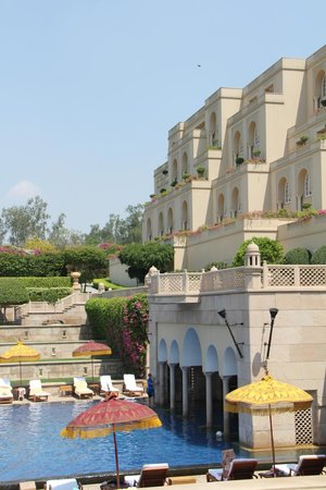 The Oberoi Amarvilas: view of hotel from pool side