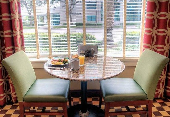 Courtyard by Marriott St. Petersburg Downtown: Courtyard Breakfast