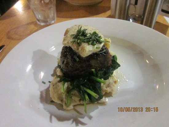 Strahan, Australien: Beautiful steak on smashed chat potatoes -YUM!