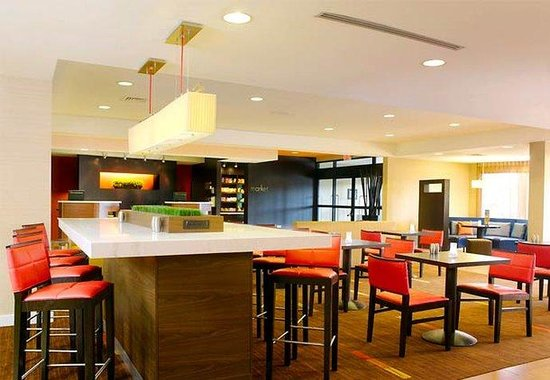 Courtyard by Marriott Philadelphia Langhorne: Communal Tables