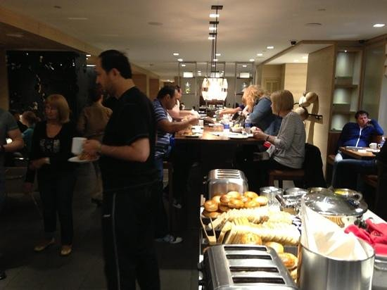 Grand Hyatt New York: breakfast crowd at the grand club