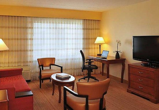Courtyard by Marriott Edison/Woodbridge: King Suite Sitting Area