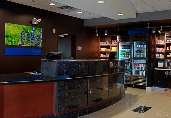 Courtyard by Marriott Fort Worth West/Lands End: Front Desk &amp; The Market