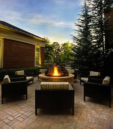 Courtyard by Marriott Chapel Hill: Outdoor Patio & Fire Pit