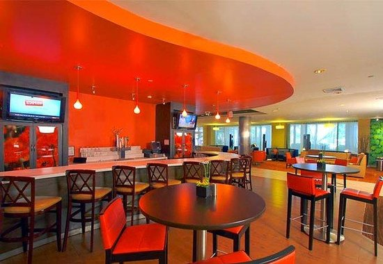 Courtyard by Marriott LaGuardia: Bistro Bar