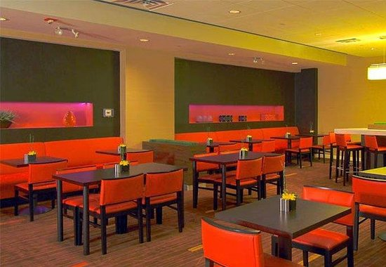 Courtyard by Marriott LaGuardia: Bistro Dining Area