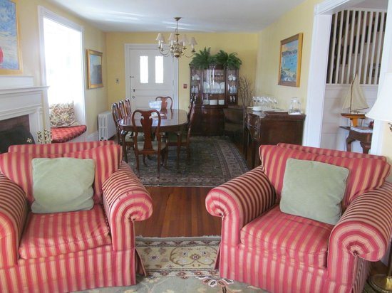 Martin House Inn: Living &amp; Dinning Area