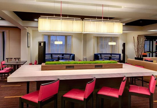 Courtyard by Marriott Richmond Airport: Communal Table