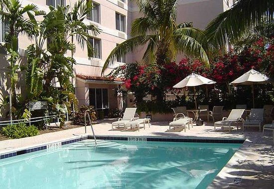 Fairfield Inn & Suites Boca Raton: Outdoor Tropical Pool