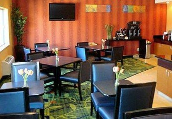 Fairfield Inn & Suites Bismarck South: Lobby & Breakfast Area