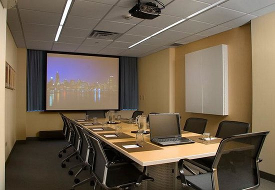 Fairfield Inn &amp; Suites Chicago Downtown: Executive Express Boardroom