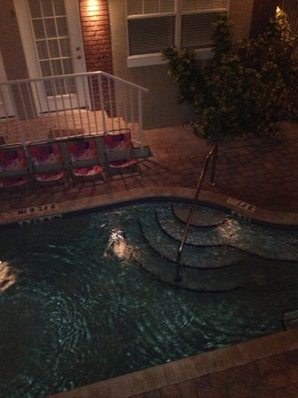 Coconut Inn: Pool at night