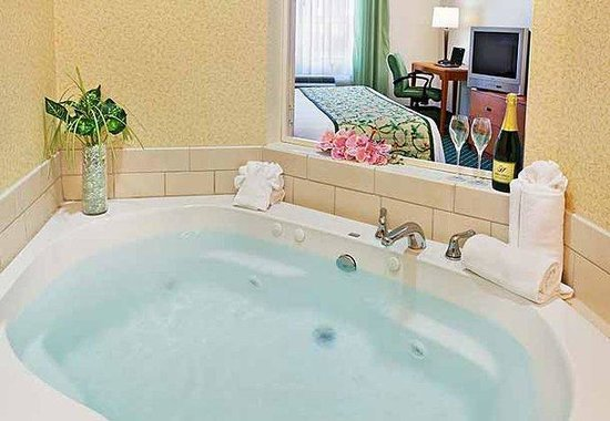 East Ridge, TN: King Whirlpool Suite