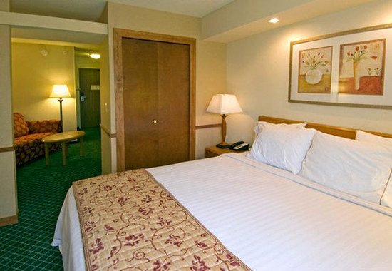 Valparaiso, IN: Executive King Suite Sleeping Area