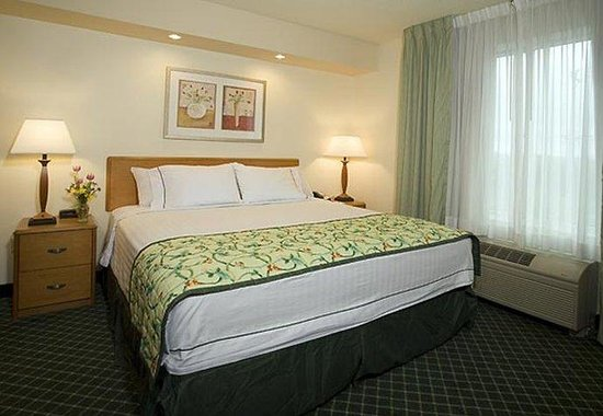 Fairfield Inn Chicago Southeast/Hammond: Executive King Suite Sleeping Area