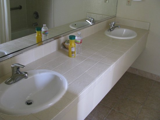 Super 8 Monterey/Carmel: double bathroom sink