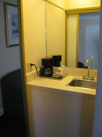 Super 8 Monterey/Carmel: wet bar