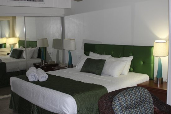 Flamingo Beach Resort: great comfy bed