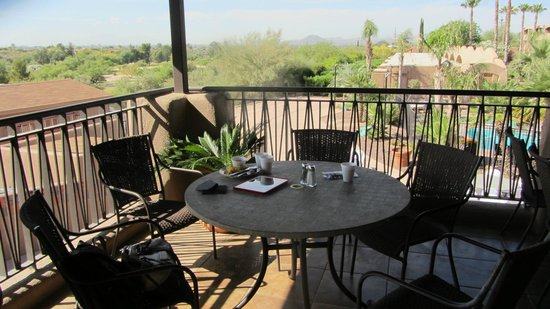 La Posada Lodge and Casitas: Breakfast table on the restaurant deck. View of downtown Tucson way in the distance.