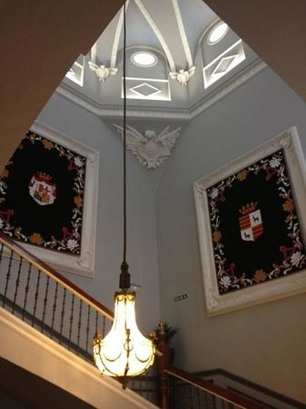Hotel Palacio Guendulain: staircase leading from room to breakfast room