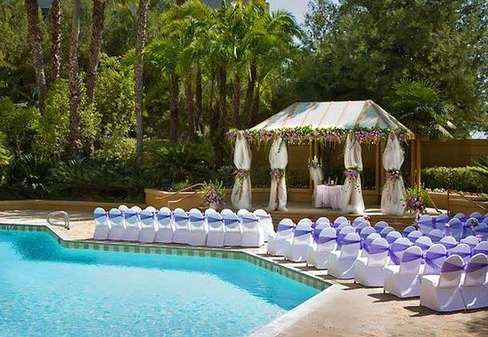 Marriott Long Beach : Poolside Wedding Ceremony