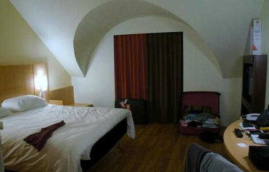Saint-Gilles, : Nice well kept room, but a bit of a hole in the wall.