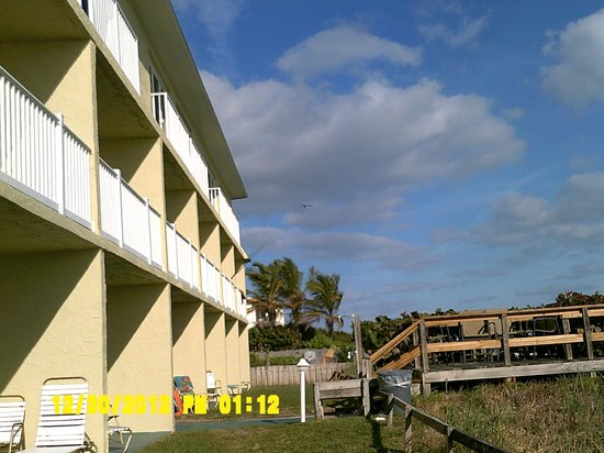 Tuckaway Shores Resort: Our ground floor patio and walkway to the beach
