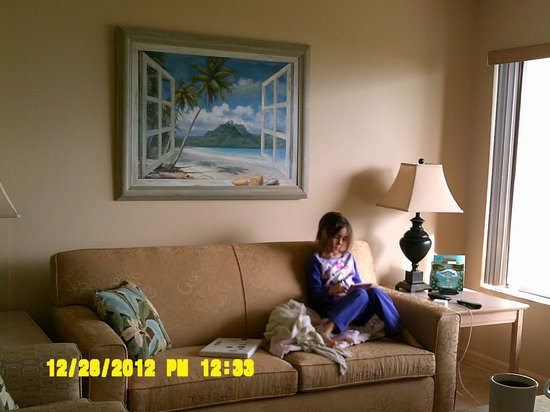 Tuckaway Shores Resort: living room and big window