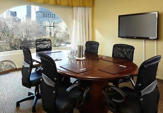 Marriott Chateau Champlain: Executive Boardroom