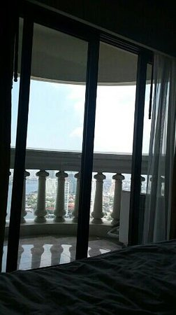 lebua at State Tower: bed view 54th floor