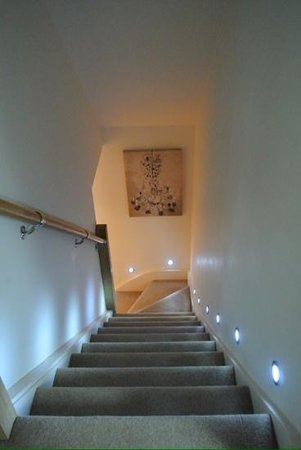 Moffat, UK: Staircase. Very taken with the spotlights!