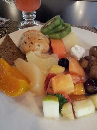 Crowne Plaza Hotel Abu Dhabi: Fruits for breakfast
