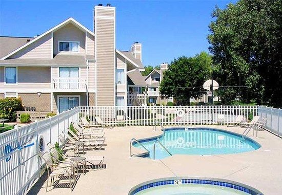 Residence Inn by Marriott Milwaukee - Brookfield: Outdoor Pool & Whirlpool