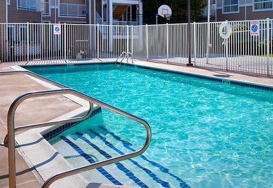 Westborough, Массачусетс: Outdoor Pool