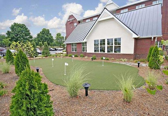 Residence Inn Greensboro Airport: Putting Green