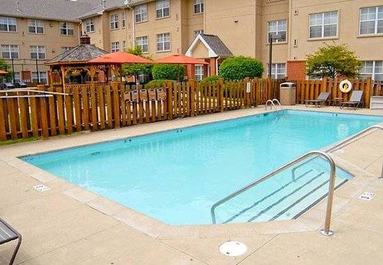 Erlanger, KY: Outdoor Pool &amp; Lounge Area