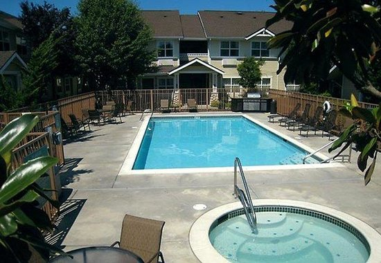 TownePlace Suites Seattle Everett/Mukilteo : Outdoor Pool &amp; Spa 