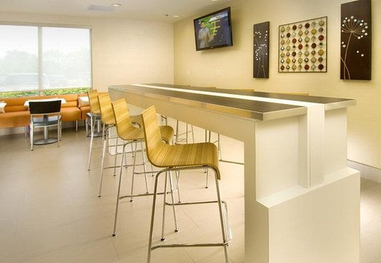 SpringHill Suites Miami Airport South: Breakfast Bar Area