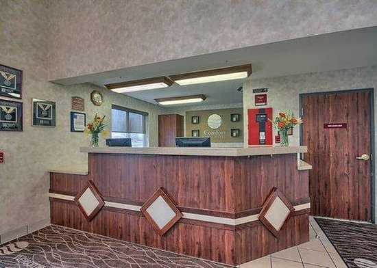 Comfort Inn & Suites: front desk