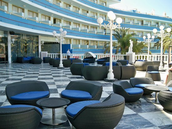 Mediterranean Palace Hotel (Mare Nostrum Resort): Outside seating area