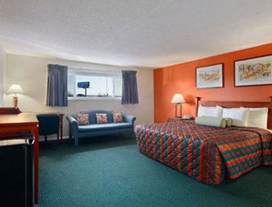 Elk Grove Village, IL: Standard King Bed Room