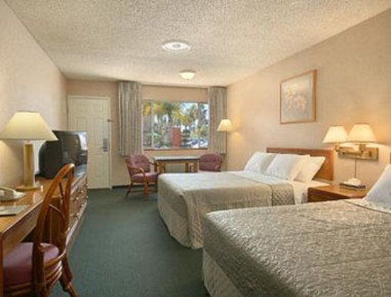 San Diego - Days Inn Harbor View / Airport / Convention Ctr: Standard Two Queen Bed Room