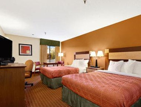 Days Inn Biltmore East: Standard Two Double Bed Room