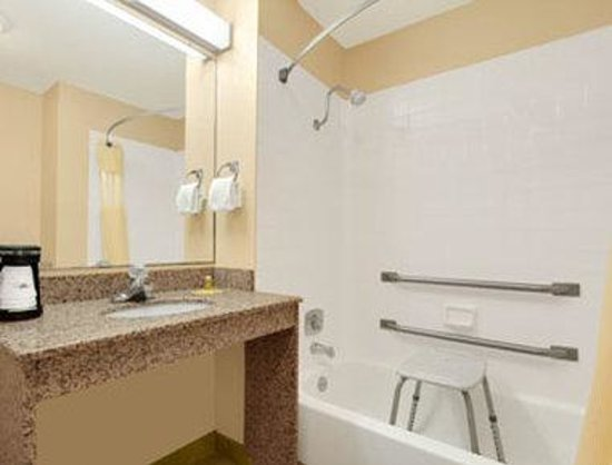Days Inn Biltmore East: ADA Bathroom