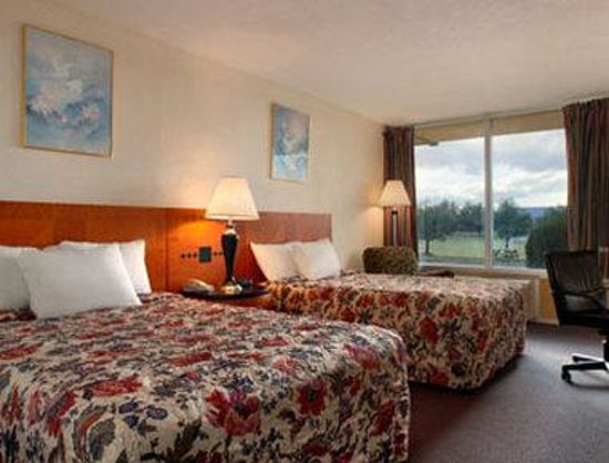 Days Inn Luray Shenandoah: Standard Two Double Bed Room