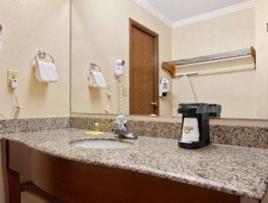 Days Inn Biltmore East: Bathroom